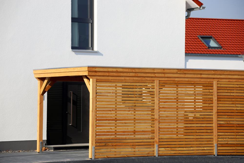 houten schuur met carport